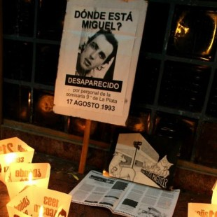 """Rosa Bru se encadenó en tribunales para exigir el cambio de fiscal: """"¿Por qué no se investiga?"""""""
