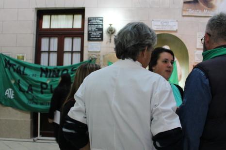 Vidal visitó el Hospital de Niños y le reclamaron por despidos