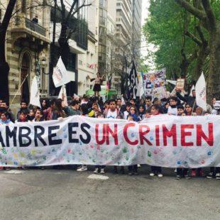 """""""El hambre es un crimen"""": Marcha por los derechos de niños y niñas"""