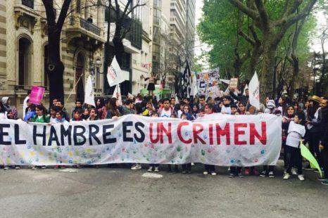 «El hambre es un crimen»: Marcha por los derechos de niños y niñas