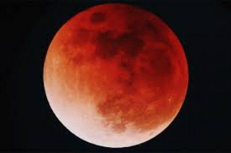 La luna de sangre: «Adquiere el color rojizo cuando se alinea completamente»