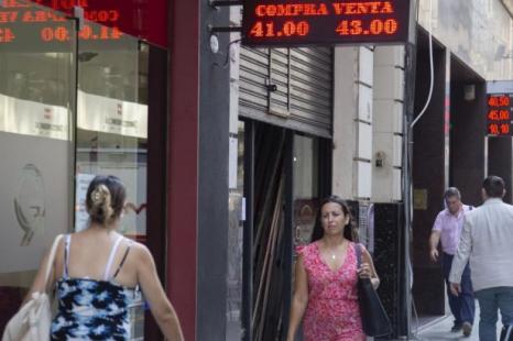 Economía: «El gobierno no puede bajar la tasa porque cada vez que lo hace se dispara el dólar»