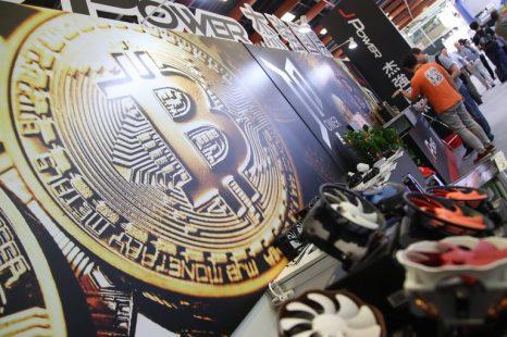 Bitcoin cae un 25% de su valor: «Especuladores generan burbujas financieras»