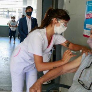 Axel Kicillof visitó el Estadio Único por el operativo de vacunación