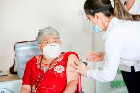 Ya comenzó la vacunacion para docentes y mayores de 70 años
