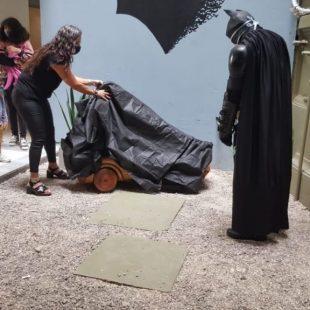Inauguraron una escultura del Batimóvil en el Hospital de Niños