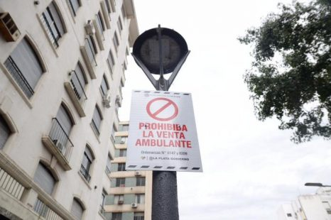 El municipio colocó carteles que «prohíben la venta ambulante»