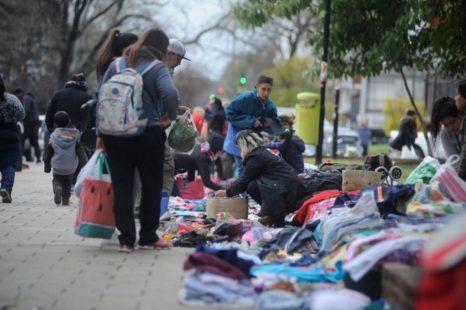 La municipalidad contra feriantes y vendedores ambulantes de Plaza Italia