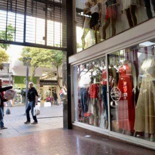 Reducen los horarios en centros comerciales platenses
