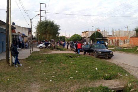 Realizaron una olla popular en Melchor Romero y pidieron ayuda para 70 familias sin hogar