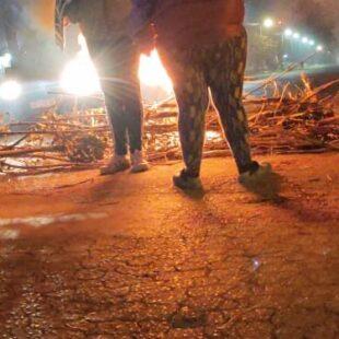 Vecinos del oeste platense cortaron la calle para reclamar a Edelap
