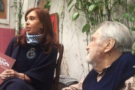 El encuentro de Osvaldo Bayer con Cristina Kirchner, Teresa Parodi y más, retratado en un nuevo libro
